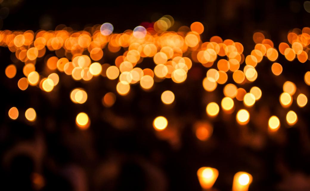 Image avec des points lumineux jaunes bougies